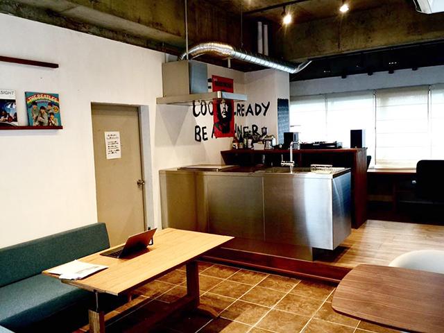 スタッフが自由に使えるキッチン付きフリースペースを設けました。